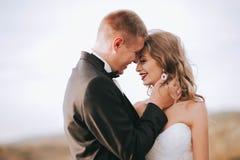 Pares de la boda en las montañas Fotografía de archivo