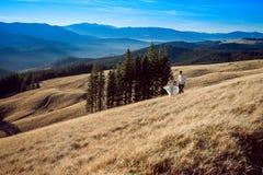 Pares de la boda en las montañas honeymoon fotos de archivo libres de regalías