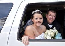 Pares de la boda en limusina Imagen de archivo libre de regalías
