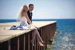 Pares de la boda en muelle Imagenes de archivo