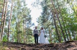 Pares de la boda en parque Fotografía de archivo