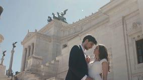 Pares de la boda en Roma que presenta delante del della Patria de Altare en Roma, Italia El novio elegante camina alrededor de no almacen de metraje de vídeo