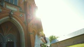 Pares de la boda en Roma que se besa cerca de la iglesia de San Nicola da Tolentino metrajes