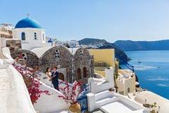 Pares de la boda en Santorini Fotografía de archivo