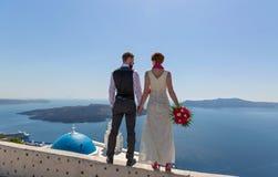 Pares de la boda en Santorini, Grecia Foto de archivo