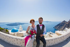Pares de la boda en Santorini, Grecia Fotografía de archivo libre de regalías