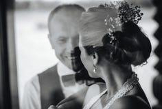 Pares de la boda junto Foto de archivo libre de regalías