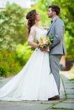 Pares de la boda Novia y novio hermosos Apenas casado Cierre para arriba Novia y novio felices en su abrazo de la boda Novio y no foto de archivo