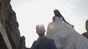 Pares de la boda Novio y novia preciosos Familia feliz Hombre y mujer en amor metrajes