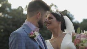 Pares de la boda Novio y novia preciosos Familia feliz Hombre y mujer en amor almacen de metraje de vídeo