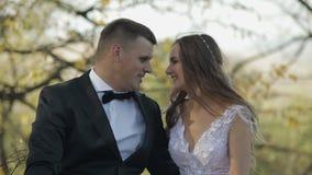 Pares de la boda Novio y novia preciosos Familia feliz Hombre y mujer en amor Día de boda Cámara lenta almacen de metraje de vídeo
