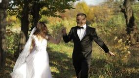 Pares de la boda Novio y novia preciosos Familia feliz Hombre y mujer en amor Día de boda Cámara lenta almacen de video