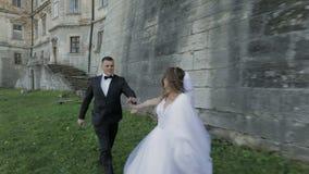 Pares de la boda Novio y novia preciosos Familia feliz Hombre y mujer en amor Día de boda Cámara lenta metrajes