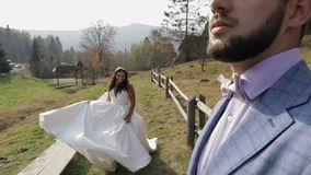 Pares de la boda Novio y novia preciosos Familia feliz Hombre y mujer en amor almacen de video