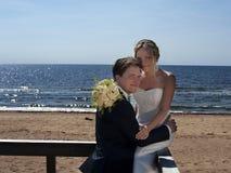 Pares de la boda por la costa. Imágenes de archivo libres de regalías