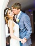 Pares de la boda que llevan a cabo las manos y el abarcamiento Foto de archivo libre de regalías