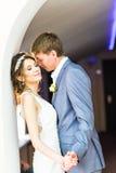 Pares de la boda que llevan a cabo las manos y el abarcamiento Fotos de archivo
