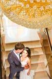 Pares de la boda que llevan a cabo las manos y el abarcamiento Fotografía de archivo libre de regalías