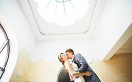 Pares de la boda que llevan a cabo las manos y el abarcamiento Fotografía de archivo