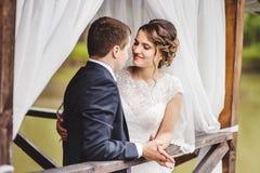 Pares de la boda que presentan en el embarcadero fotos de archivo
