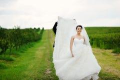 Pares de la boda que se divierten Fotografía de archivo