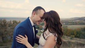Pares de la boda que se divierten almacen de video