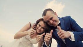 Pares de la boda que se divierten almacen de metraje de vídeo
