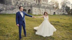 Pares de la boda que se divierten antes de castillo almacen de video
