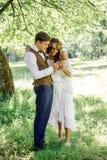 Pares de la boda que sonríen mientras que mira al smartphone Fotografía de archivo