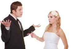 Pares de la boda que tienen conflicto de la discusión, malas relaciones imagen de archivo libre de regalías