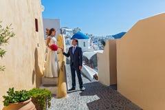Pares de la boda, Santorini, Grecia Fotografía de archivo libre de regalías