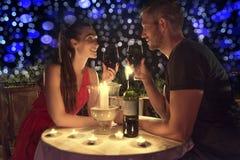 Pares de la cena de la tarjeta del día de San Valentín imagen de archivo libre de regalías