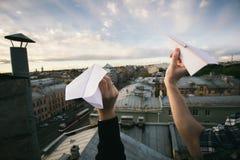 Pares de la cosecha que envían los aviones de papel Imagenes de archivo