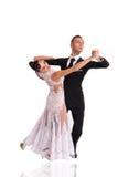 Pares de la danza de Ballrom en una actitud de la danza aislados en el bachground blanco Imágenes de archivo libres de regalías