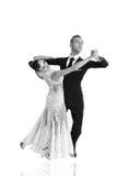 Pares de la danza de Ballrom en una actitud de la danza aislados en el bachground blanco Fotografía de archivo