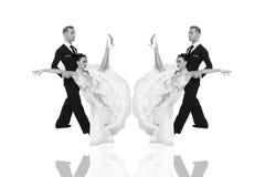 Pares de la danza de Ballrom en una actitud de la danza aislados en el bachground blanco Fotografía de archivo libre de regalías