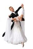 Pares de la danza de Ballrom en una actitud de la danza aislados en el bachground blanco Fotos de archivo libres de regalías