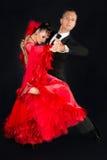 Pares de la danza de Ballrom en una actitud de la danza aislados en fondo negro Fotos de archivo libres de regalías