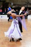 Pares de la danza de salón de baile, bailando en la competencia Imágenes de archivo libres de regalías