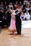 Pares de la danza de salón de baile, bailando en la competencia Foto de archivo libre de regalías