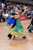 Pares de la danza de salón de baile, bailando en la competencia Imagen de archivo libre de regalías