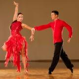 Pares de la danza del Latino en la acción - samba salvaje de baile foto de archivo