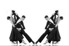 Pares de la danza de salón de baile en una actitud de la danza aislados en blanco Fotos de archivo