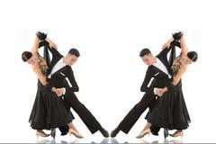 Pares de la danza de salón de baile en una actitud de la danza aislados en blanco Fotos de archivo libres de regalías