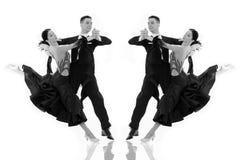 Pares de la danza de salón de baile en una actitud de la danza aislados en blanco Imagen de archivo libre de regalías