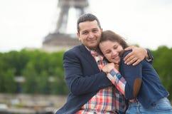 Pares de la datación en París Imagenes de archivo