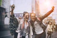 Pares de la emoción asiática de la felicidad del viajero en el dotonbori la mayoría del destino que viaja popular en Osaka Japón fotografía de archivo libre de regalías