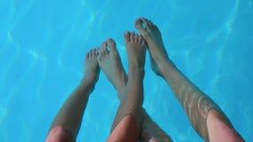 pares de la gente que juega en el agua almacen de video