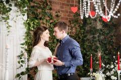 Pares de la historia de amor con la caja de regalo Presente de la tarjeta del día de San Valentín foto de archivo libre de regalías