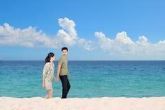 Pares de la luna de miel en la playa foto de archivo libre de regalías
